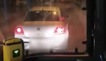A 148-as busz előtt büntetőfékezett egy autós Csepelen - videó