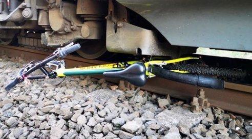 Gyerekkerékpárokatgyűrt maga alá a vonatMénfőcsanakon – egymást mentve menekült meg a két fiatal