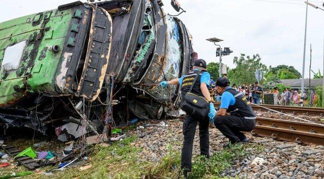 Megrázó fotók érkeztek:tehervonattal ütközött egy busz, rengeteg a halott – 18+