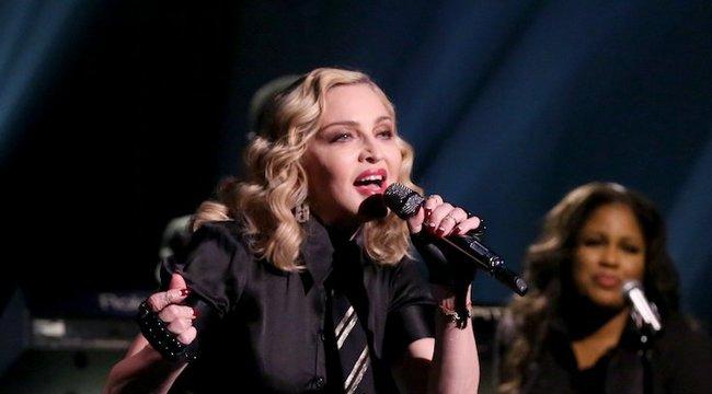 Titkárnő-szemüveg, rózsaszín haj – mi történt Madonnával?!