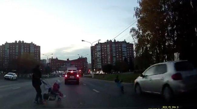 Drámai videó: Millimétereken múlott a négysávos úton átrohanó kisfiú élete - édesanyja babakocsival és másik gyermekével szaladt mögötte
