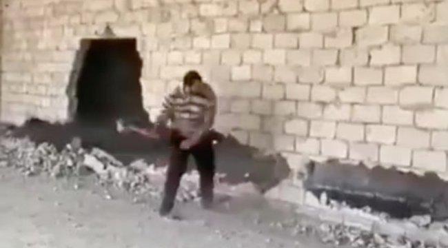 Sokkoló videó: Nem a legokosabb módját választotta ez a férfi a fal bontásának - így menekült el a halál elől