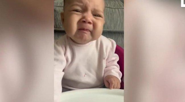 Mindent visz a baba arca, amikor először eszik zöldséget – videóval