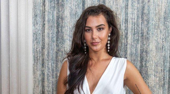 Tóth Andi egy kötött bő pulóverben is képes fejfájást, lágyékgörcsötés sóvárgást előidézni - Fotó