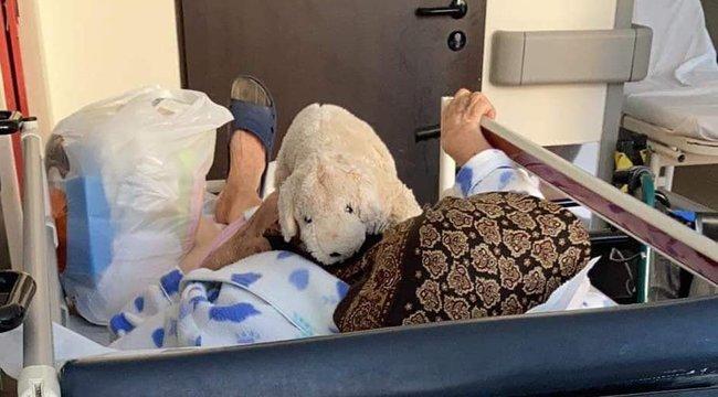 Ellenált a kezelésnek: Plüsskutyával nyerték meg idős betegük szívét a cuki mentősök - Fotó