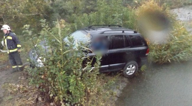 Csatornába zuhant kocsiba szorult egy sofőr Gyomaendrődnél - Fotók
