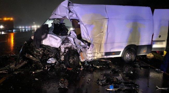 Megrázó fotók: ebben a két autóban haltak szörnyet az M1-esen történt éjszakai baleset áldozatai
