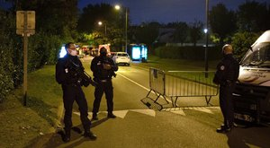 Sokkoló felvételek: a nyílt utcán fejezett le egy tanárt a terrorista Párizs mellett
