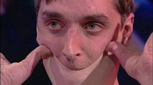 Fújj! A szemhéját az orráig, a nyakbőrét a szája fölé képes húzni a Guinnes-rekorder férfi - 18+ Videó