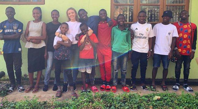 14 afrikai gyereket fogadott be a fiatal lány, hogy jobb életet adhasson nekik