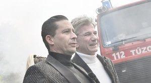Durva látvány: Bochkor először leszúrta, majd felgyújtotta műsorvezetőtársát