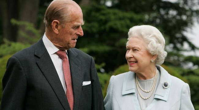 Kész Mónika show: Fülöp herceg leidiótázta a királynét, aki cipőt hajított a férjéhez