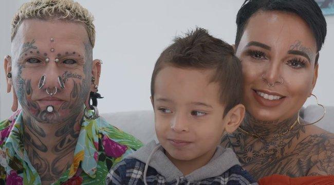 Mindenhol megbámulják a kettévágott nyelvű apát, kitetovált feleségét és hároméves kisfiukat: sokak szerint nem jó szülők– Videó