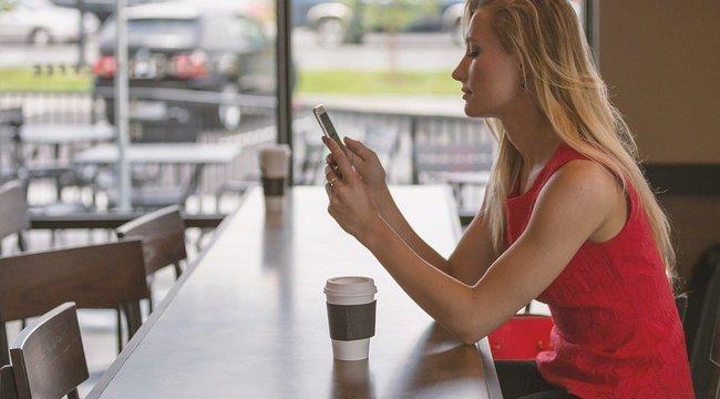 Döbbenet: Bizarr testi elváltozást okoznak az okostelefonok?