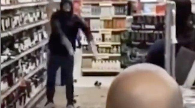 Szomorú szeszpusztítás: összetörte a legdrágább piákat a boltban egy férfi, mert megkérték, vegye fel a maszkját - Videó