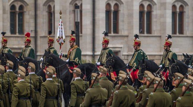A Himnusz hangjaira felvonták a nemzeti lobogót a Parlament előtt