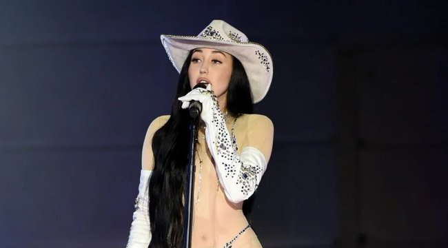 Teljesen átlátszó ruhában állt színpadra Miley Cyrus kishúga – fotó