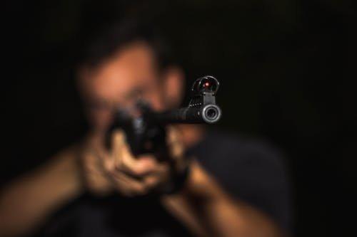 Két méterről lövöldözött a tatabányai párra a motoros ámokfutó