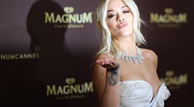 Olyan bikinivonalat mutatott Rita Ora, hogy kis híján a mellbimbója is kivillant – fotó