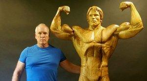 Őrület! Tölgyfából faragták ki Arnold Schwarzeneggert
