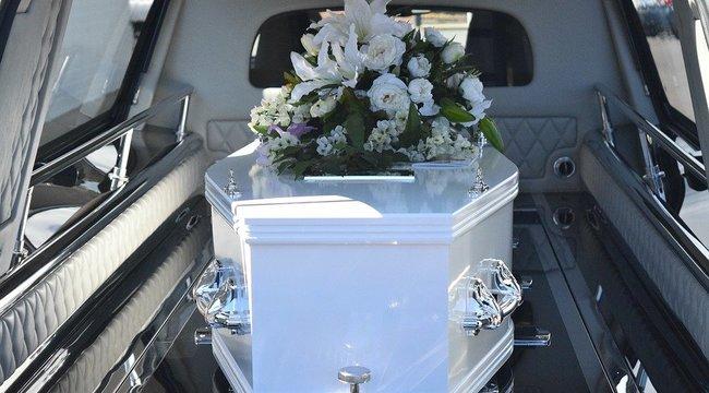Gyomorforgató: Megállt az ütő a családban, amikor meglátták a holttestet a nyitott koporsós temetésen – 18+