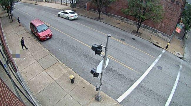 Micsoda bátor bűnöző: fényes nappal rabolta ki az utcán haldokló nőt – 18+ videó