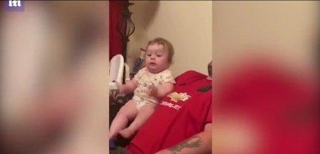 Imádnivaló a baba reakciója, amikor megszólal a telefon – videó