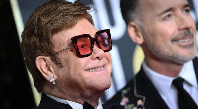 Látta már Elton Johnt Elvisnek öltözve zongorázni? Ha nem, itt az ideje – videó