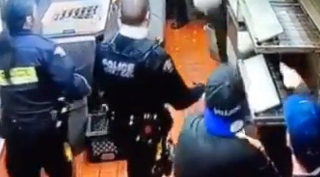 Fizetés nélkül, a szellőzőn át akart meglépni az étteremből: a rendőrök ölébe hullott – videó