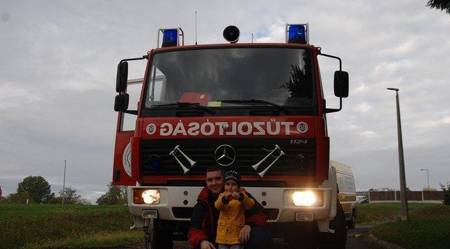Jófejségből ötös: így lepték meg a tűzoltókért rajongó négyéves Zolikát