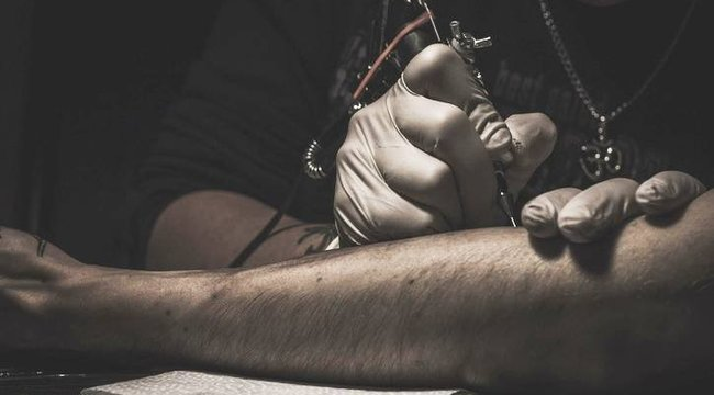 Undorító vagy nagyon menő ennek az édesapának a tetoválása? Mondja meg Ön!