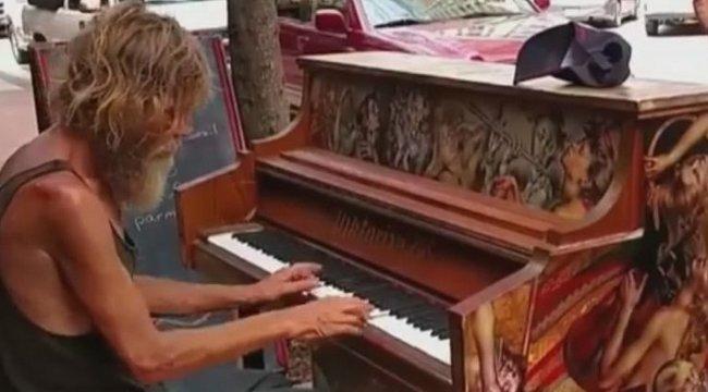 Elképesztő tehetség: Lemezszerződést kapott az utcán zenélő idős hajléktalan – videó