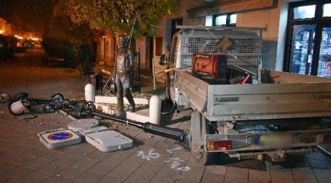 All in: Még akkor is piált a győri teherautósofőr, mikor lebontotta a ház falát és kidöntött több villanyoszlopot - Fotók
