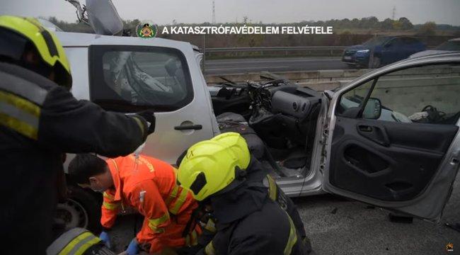 Videóra vették a mentést - Ki kellett vágni az autóból a sofőrt, aki egy kamionnal ütközött az M0-áson