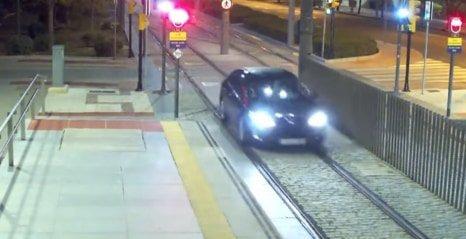 Egy kilométeren át nem tűnt fel a részeg nőnek, hogy a metrósíneken autózik – videó