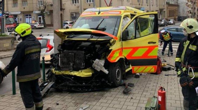 Brutális baleset történt Óbudán:csecsemőhöz siető mentőnek csapódott egy autó