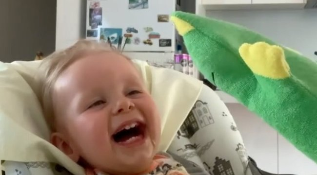 Megható pillanat: így nevetgél a kórházban a súlyos betegségben szenvedő, tündéri kisfiú – videó