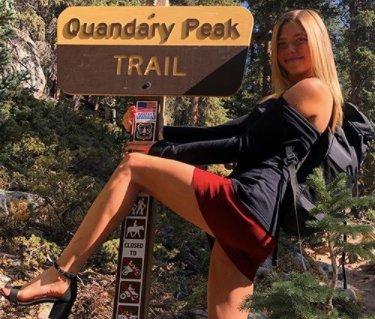 Túl szexi: Magas sarkú szandálban és miniszoknyában mászik hegyet a gyönyörű hegymászólány