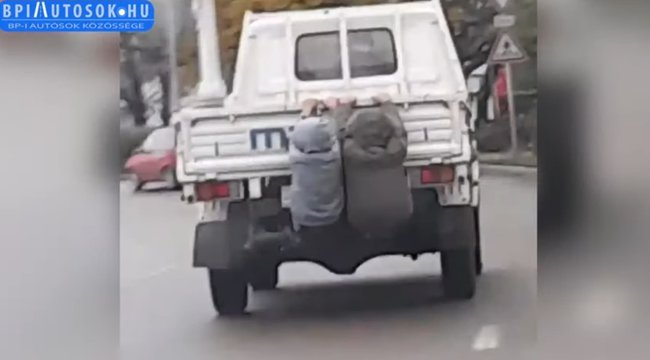 Életveszélyes játék Jászapátiban: mozgó kisteherautó hátuljára csimpaszkodva játszanak a kisfiúk - Videó