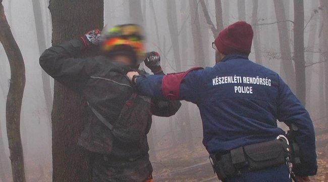 """""""Eltévedtünk"""" - mondták a védett erdőben ralizó motorosok, majd megtámadták a zsarukat - Fotók"""
