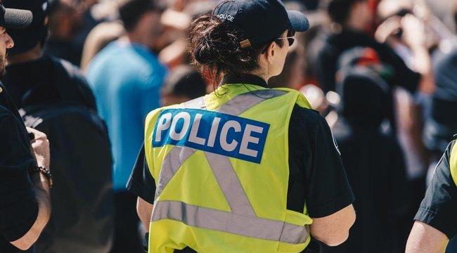 Ha ez a szexi magyar rendőrnő verne lakatot a zárkánkra, még a kijárási korlátozást is volna kedvünk megszegni - Fotó