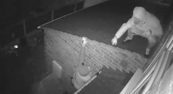 Rettenetes: Négy férfi betört az éjszaka leple alatt egy négyéves kislány szobájába – videó