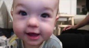 Mókás kedvében volt: A szakadék szélére ültette a kislányát egy apa, hogy tudassa a kicsi anyjával, a baba jól van