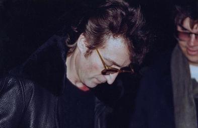 Brutális pénzért eladó a lemez, amit John Lennon a saját gyilkosának dedikált