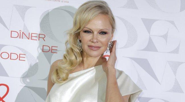 Pamela Anderson 50 felett is kirobbanó formában van: hosszú lábakat villantott a Baywatch szexi sztárja– fotó