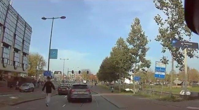 Visszanyal a fagyi: így futhatott a kocsija után a keménykedő Audis – videó
