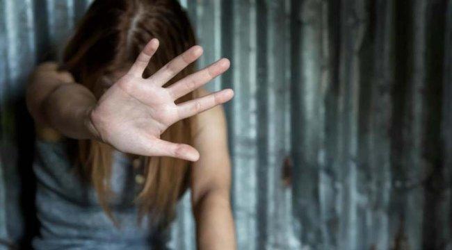 Életre szóló trauma: halálra erőszakolt anyja holtteste mellé kötözték ki az árván maradt kislányt - 18+