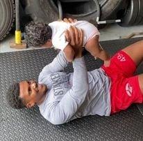 Imádnivaló: kisbabájával súlyzózik a fiatal edző – videó