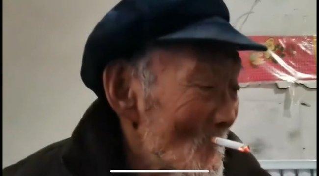 100 évesen még mindig habzsolja az életet – szerinte a piálás és a cigizés tartja karban