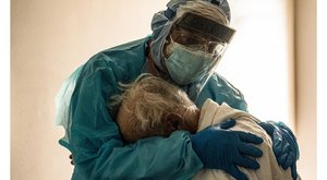 Szívszorító pillanatot ragadott meg a fotós a kórház koronavírus-osztályán